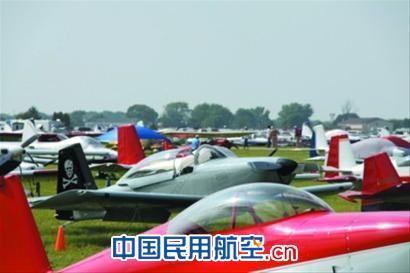 """芝加哥 """"飞行者""""大会上,国外飞行爱好者的私人飞机堆满草坪,这令得温州富豪羡慕不已。"""