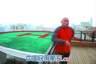 """在面朝瓯江的高端豪宅东明锦园,温州鹿城航空航海运动协会会长朱松斌买下整个顶楼31层,在楼顶建了一个直升机停机坪,他表示:""""现在还用不上,但肯定快了。 """""""