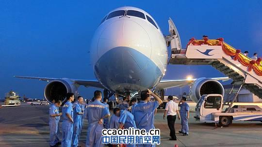 """厦航波音787飞抵厦门高崎机场 摄影:安利国 中国民用航空网通讯员邱大朋讯:8月31日17:20,在经历了13个小时的长途飞行之后,厦航首架波音787飞机从西雅图飞抵厦门,在这架""""梦想飞机""""首次亮相的同时,厦航新一代的空乘制服也正式发布。新飞机和新制服的隆重登场,标志着三十而立的厦航开启全新的国际化征程。   新飞机带来新体验   这架编号为B-2768的新飞机是落户福建省的首架波音787飞机,同时也是厦航全波音机队迎来的首架宽体客机,厦航成为中国第三家运营787的航空公司。9月"""