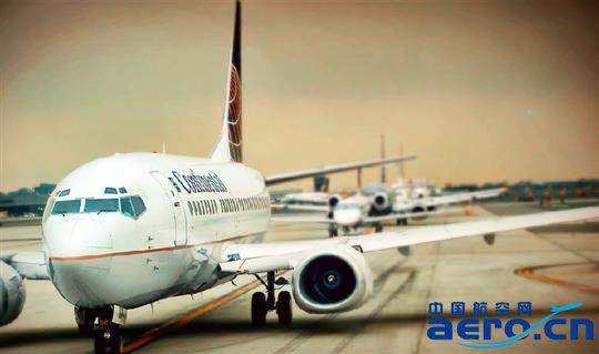 对低成本航空来说,通过自己的网站、app直销机票,一度是其降低成本的重要途径之一,不过,最近包括去哪儿网在内的在线旅游平台上,开始出现越来越多的低成本航空的身影。   新加坡最大的低成本航空虎航,最近就与去哪儿网签约,在去哪儿网上建立了虎航的旗舰店,成为第一家与去哪儿网推出网上旗舰店的国际廉价航空公司。   在去哪儿网的虎航旗舰店上,消费者可以进行航班搜索、预订、支付、出票,而之所以选择去哪儿网,自然看中的是中国市场潜力巨大的消费者。   最近几年来,包括虎航、亚航在内的亚洲廉价航空,正在加快步伐深