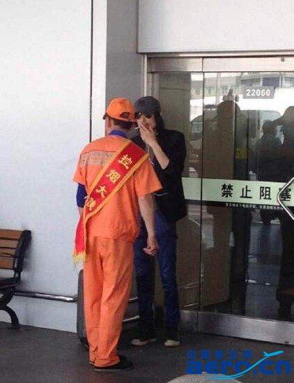 谢天笑机场抽烟被查。