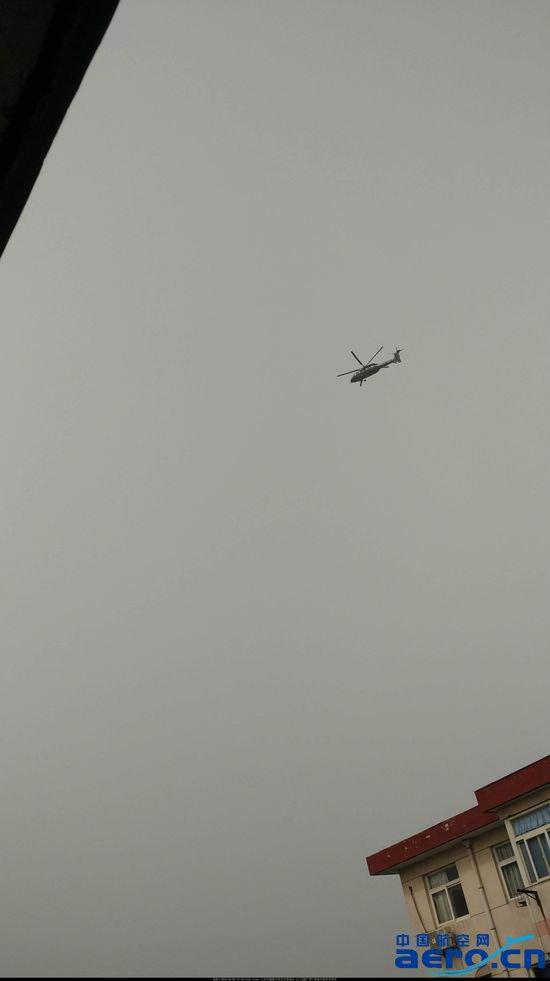 据央广网3月13日报道,近日,网友发布了一组国产新型直-20直升机试飞的照片。直-20是我国研制的一款10吨级通用直升机,外形比较类似美制黑鹰直升机,但其主旋翼采用五桨叶结构,具有更好的控制性和机动性。       网友拍摄的直-20 直-20运输直升机于2013年首飞成功,目前尚处于试飞阶段。今年1月,直-20开始在漠河进行寒区试验。随着试飞不断增多,直-20距离交付部队也越来越近。