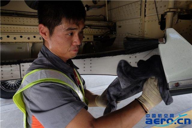 多彩贵州航空维修部完成e190飞机首次a检工作