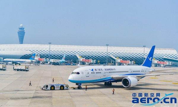 执飞深圳-西雅图航线首个航班的b787飞机前往跑道