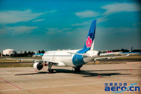据初步统计,2016年国庆假期(10月1日-10月7日),民航共运输旅客996万人次,比去年同期增长11.6%,平均客座率超过80%。保障飞行班次82865班,比去年同期增长18.6%。   国庆期间,各主要机场出港航班客座率普遍高于平日。旅客出行热点城市主要集中在拉萨、天津、乌鲁木齐、上海、北京、深圳、宁波、太原、济南、广州、哈尔滨、西安、郑州、杭州、丽江、黄山等地,其中拉萨、天津、乌鲁木齐、上海、北京、深圳等地出港航班平均客座率超过90%。   9月30日和10月1日是国庆假期前期的出行高峰,其中