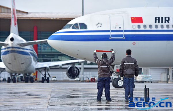 """Ameco除冰雪组织得非常好!"",11月21日8点30分,在首都机场飞行区管理部运行中心(AOCC)的除冰总指挥部,管理部总经理崔爱军说,Ameco在此次除冰工作中,准备充分、计划周密、组织有序,保障了进出港航班的顺畅运行。   根据北京市专业气象台的天气预报,首都机场地区于11月20日至21日将出现较大强度降雪。20日傍晚,北京开始下雨,国航运控中心提示,后半夜,北京将由降雨转为降雪, 20日20点,Ameco北京基地维修控制中心发布通知,启动除冰雪工作程序。  为国航飞机"