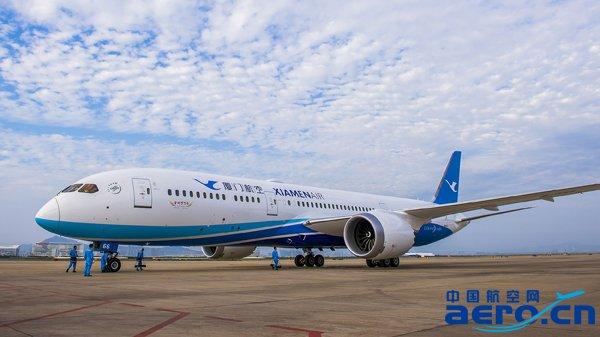 飞机降落在厦门机场,这是厦航引进的首架波音787-9