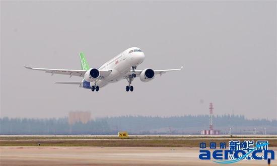 """资料图:国产客机C919(上图)和庞巴迪CS300。 这家中国国有飞机厂商可能投资负债累累的庞巴迪的商用航空航天部门,或者入股后者的C系列100-150座客机项目。 中国商飞(COMAC)和庞巴迪(Bombardier)就一笔交易展开了会谈。该交易可能为这家负债累累的加拿大公司的客机业务注入新的生命力。 知情人士表示,这家中国国有飞机厂商正在与至少一家银行合作,探索与庞巴迪结盟的可能性,这可能涉及由其投资庞巴迪的商用航空航天部门,或者入股后者的C系列100-150座客机项目。 """"一切"""