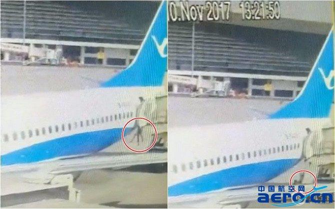 厦航mf8253航班在郑州机场经停时,一名乘务员从配餐车与飞机舱门的