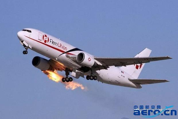 另外一架进跑道的飞机告诉塔台,这架767飞机发动机着火了.
