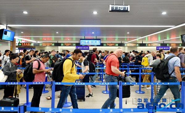 浦东机场口岸迎来出入境高峰-魏文亨摄.jpg