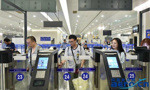 上海机场边检站分流引导旅客使用自助通关-魏文亨摄.jpg